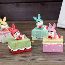 2016 Hot (1 pcs/lot)Mini Hand-cranked Music Box Lovely Expression Doll Resin Crafts Case Kids Toys Birthday Christmas Gift