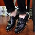 Nueva Llegada de Los Hombres Zapatos Zapatos del Barco de La Borla de Cuero Negro Punta estrecha Slip On Oficina de Negocios de Ocio Zapatos de Hombre Zapatos Casuales