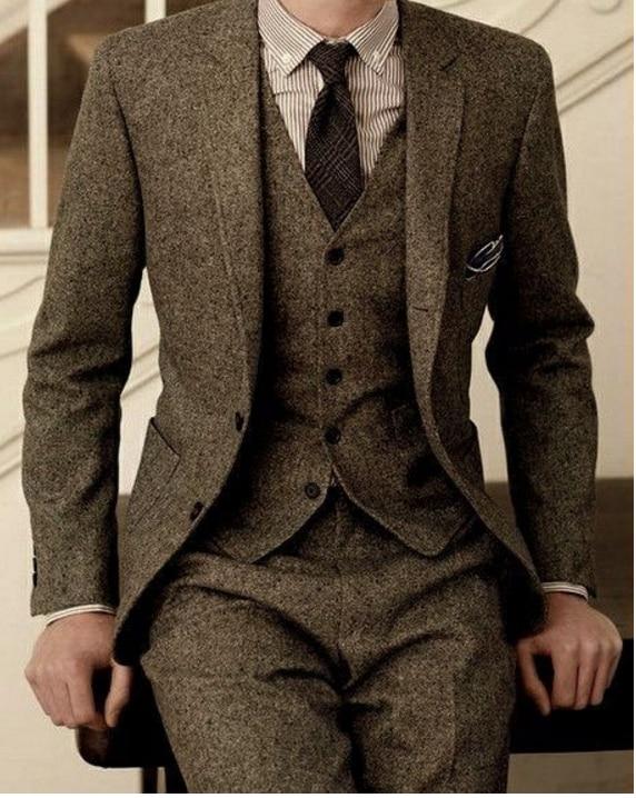 6c9e6febb0cf Последний дизайн пальто брюки коричневый твид формальные мужские костюмы на  заказ Зима 3 шт Slim Fit смокинг мужской пиджак + жилет + брюки