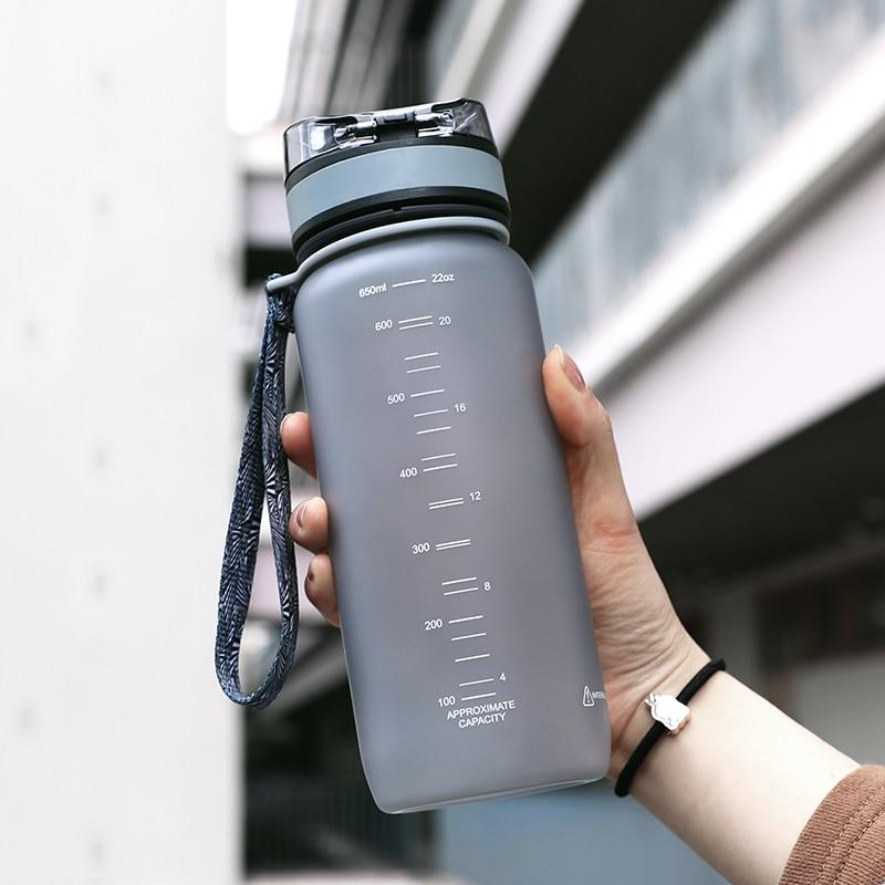 Uzspace 650ml BPA bezmaksas plastmasas velosipēdu sports Ūdens pudeles Ceļojumu kempings Pārgājieni Dzeramais kratītājs Mana pudeles noplūde Drinkware