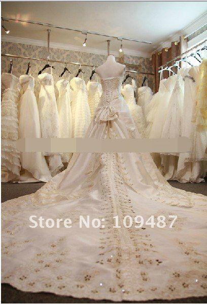 Vestidos de novia con velo y cola larga