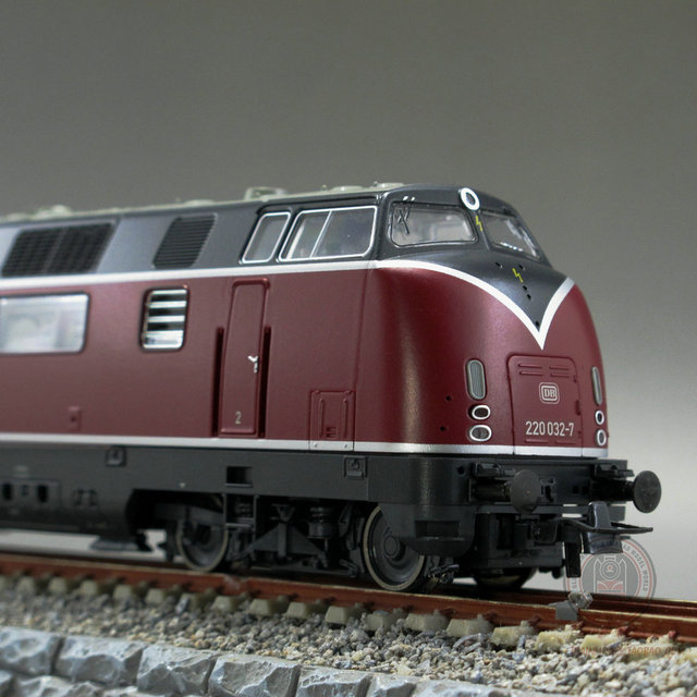 US $231 06 |Woman model train professional brand charming curves Austria  ROCO tame German Rail Red Deer Classic V200-in Diecasts & Toy Vehicles from