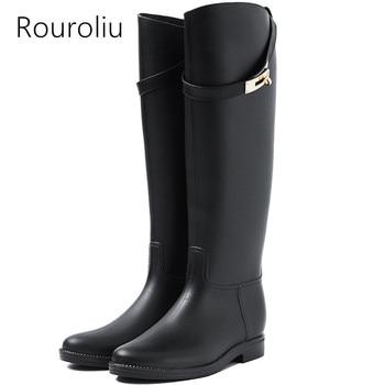 цена на Rouroliu Women Rubber Rain Boots Motorcycle Knee-high Rainboots Buckle Waterproof Water Shoes Woman Wellies Boots  TS132
