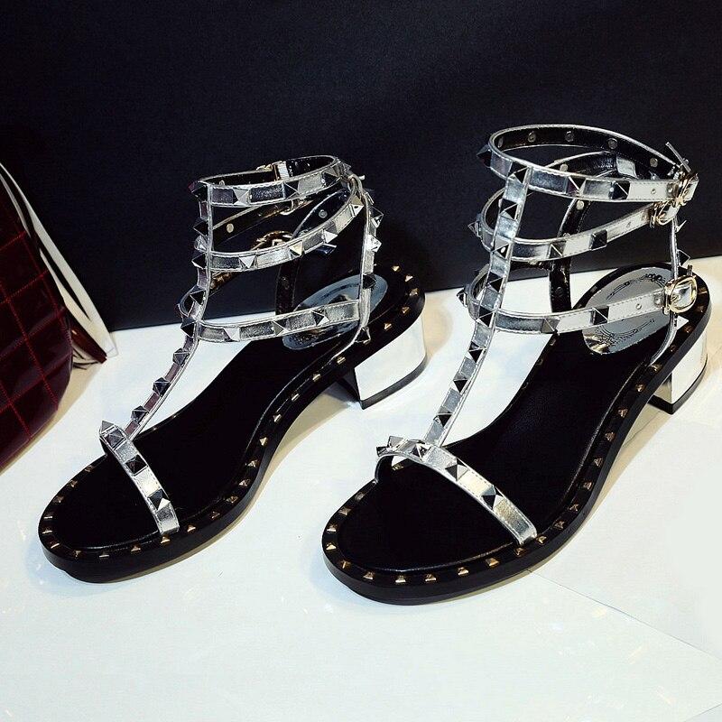 Mode Chaussures Peep Nouveau Carré Feminino as Talons Med Femme 4 Toe Show Show Décor Dames Rivets D'été Couleurs Parti Femmes Sandales Sapato As drwrzx