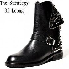Осенне-зимняя Дамская обувь на низком каблуке Натуральная кожа Заклёпки круглый носок Молния сзади модная обувь с пряжкой ботинки Martin размеры 34–39, SXQ0730