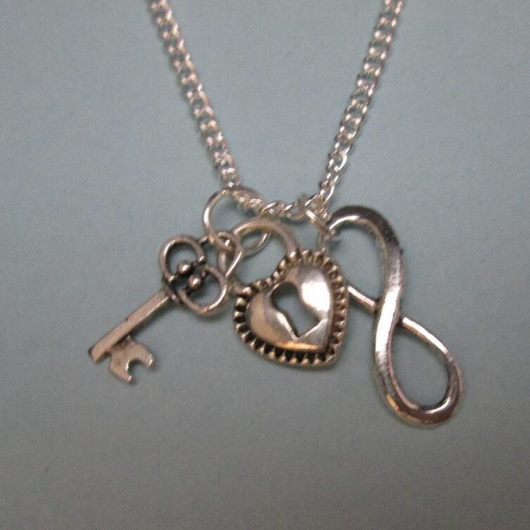 fe74910f0462 Infinito plata vintage Corazón y clave collar Amuletos gargantilla Cadenas  declaración collar pendiente regalo de la joyería de las mujeres DIY b323