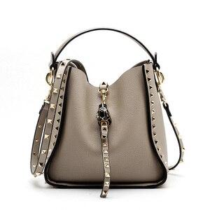 Image 4 - Couro genuíno famosa marca rebite crossbody sacos para mulheres mensageiro bolsa de ombro bolsas de luxo bolsas femininas designer feminino