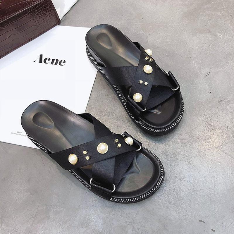 2018 new flat heel word slippers female summer flat fashion outdoor sandals.