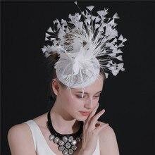 Новая мода Белый sinamay Свадебные шляпы украшения для волос вечерние шляпки необычные перья красивые fedora держатели головных уборов гонки