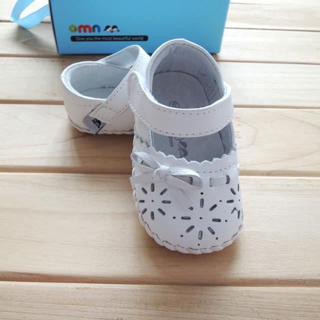 Primavera/verão estilo 2017 omn sandálias de couro, meninas da criança shoes fretwork 1610-wh cor branca moda little kids first walkers