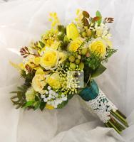 זר כלה מחזיקה פרח שושבינה כלה לחתונה חדשה בעבודת יד מלאכותיים צהובים אספקת חתונה פרח בית תפאורה פרחונית