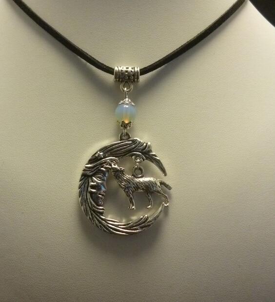 81facba34077d Vintage Argent Opale Lune Loup Collier Pendentifs Charmes Noir Velours  Déclaration Collier Pour Les Femmes Bijoux DIY Cadeaux Chaude Q968