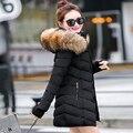 Nueva Moda de Invierno Chaqueta de Las Mujeres de Gran Cuello de piel de Mapache Artificial Chaqueta Con Capucha Gruesa Capa de Las Mujeres Outwear Parka