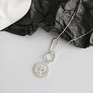 Image 2 - LouLeur 925 srebro vintage Elizabeth naszyjnik z wisiorem w kształcie monety srebrny okrągły kwadrat projekt klamry naszyjnik damska biżuteria