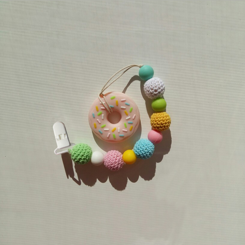 Купить с кэшбэком 100 pcs 20 color mixed Hot D shape 25mm Plastic Baby Dummy Pacifier clip Soother Clip Suspender Clip Pacifier Holder Clips