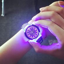 Frais LED Rétro-Éclairage De Mode En Caoutchouc bracelet de Quartz Montre pour Femmes Filles Hommes Garçon Étudiants Noir Blanc Clair