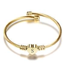 Bracciale rigido a forma di cuore in acciaio inossidabile Color oro per ragazze di moda con braccialetti con ciondoli a forma di alfabeto iniziale per donna