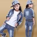 2 unidades traje! 2016 Nuevo Estilo de Otoño pantalones de Mezclilla para Niños coat + jeans Trajes grandes niñas vírgenes carta informal etiquetado de Ropa Al Por Mayor