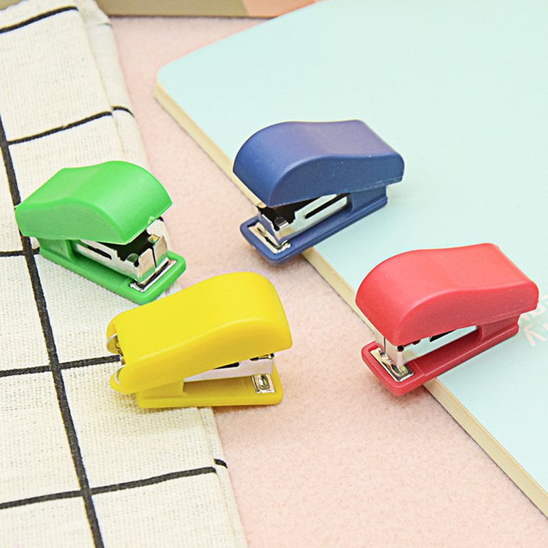 Mini Stapler Set Portable Small Gift Stapler Children Students Cute Stationery Gift Contains A Box Of Staples (Random Colors)