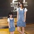 Мода соответствия мать дочь одежда комплект семьи соответствующие наряды 2 шт. джинсовое платье + белый майка мать и дочь платье