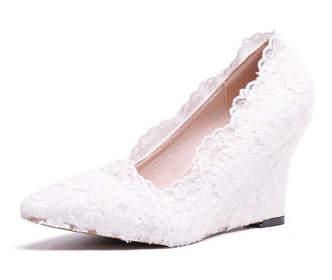 Del merletto della perla fiori bianchi scarpe da sposa sottili tacco alto piattaforma scarpe con pendente della perla punta a punta scarpe da sposa-in Tacchi alti da Scarpe su  Gruppo 1