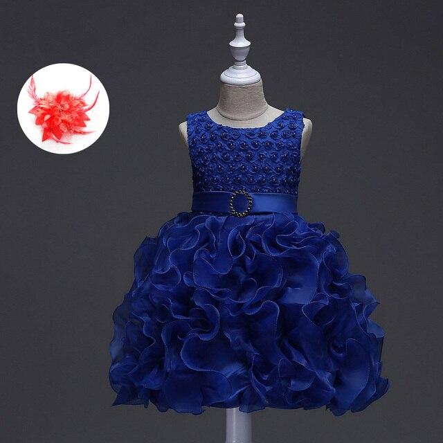 Vestido azul com flores vermelhas