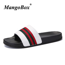 Populära Män Slippers Sommar Flat Svart Vit Män Slippers Skor Designer Casual Shoes Märke Sandaler Outdoor Beach Slippers Men