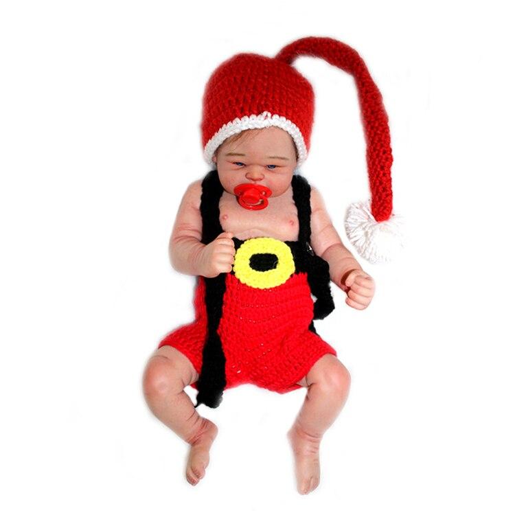 Punases heegeldatud kostüümis beebinukk