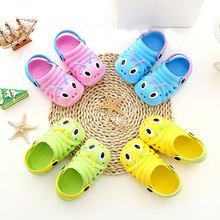 b80d2c695 Модные детские садовые шлепанцы для мальчиков и девочек; Легкие пляжные  сандалии с дырочками; Детская домашняя обувь ярких цвето.