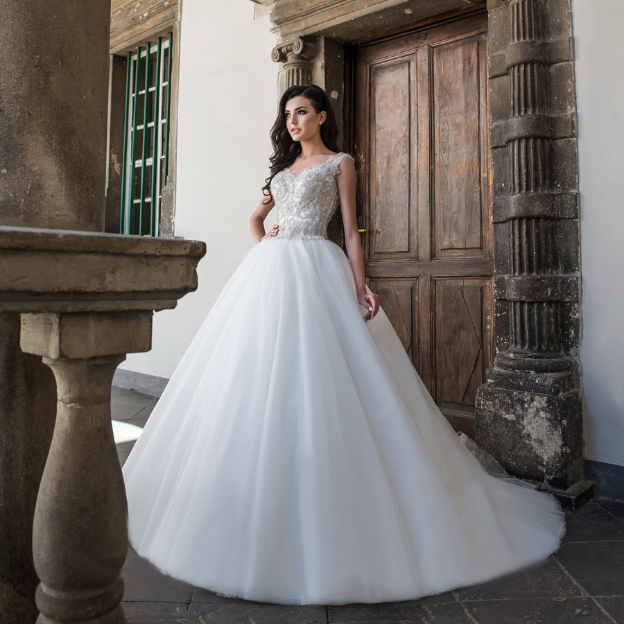 Вышитый корсет на свадебном платье