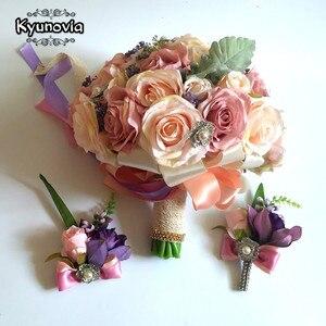 Image 3 - Kyunovia セット結婚式のブーケブートニエールと手首の花のコサージュのブローチブーケ花嫁介添人ブライダルブーケ結婚式デコ D81