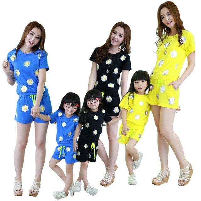 Conjunto a juego de ropa de la familia de madre e hija de ropa para la madre y la hija de la familia mirada de la muchacha y de la madre madre e hija conjunto