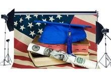 Cerimonia di laurea Sfondo Mortarboard su Vecchi Libri Gradi Certificato Fondali Bandiera Americana Sfondo