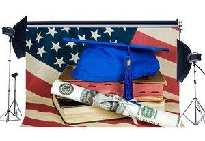 Image 1 - Graduation Zeremonie Hintergrund Mortarboard auf Alte Bücher Grad Zertifikat Kulissen Amerikanische Flagge Hintergrund