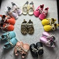 Um par de varejo estilo clássico de couro genuíno mocassins sapatos de bebê botas de bebê Recém-nascido Kids first walkers lace up macio Não-sapatos antiderrapantes