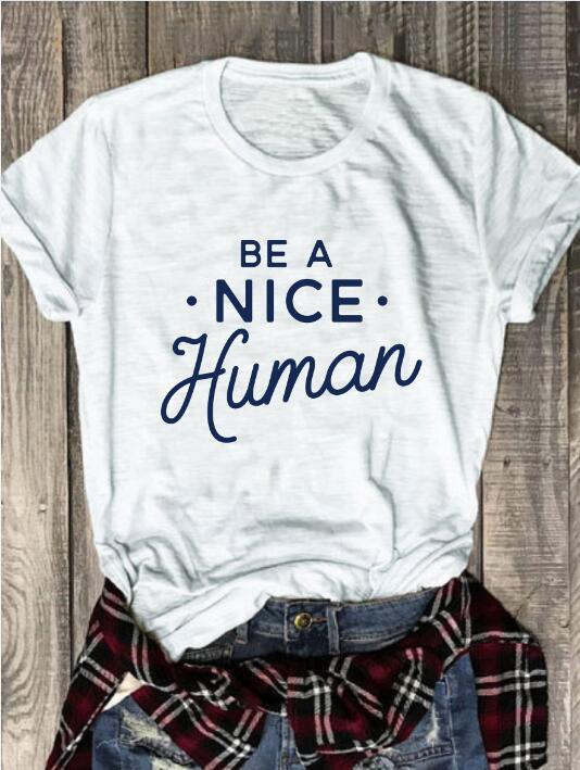 Nuevo llega el verano con estilo Vintage lema ser un buen humano camiseta gráfica divertida Tops Grunge algodón trajes populares