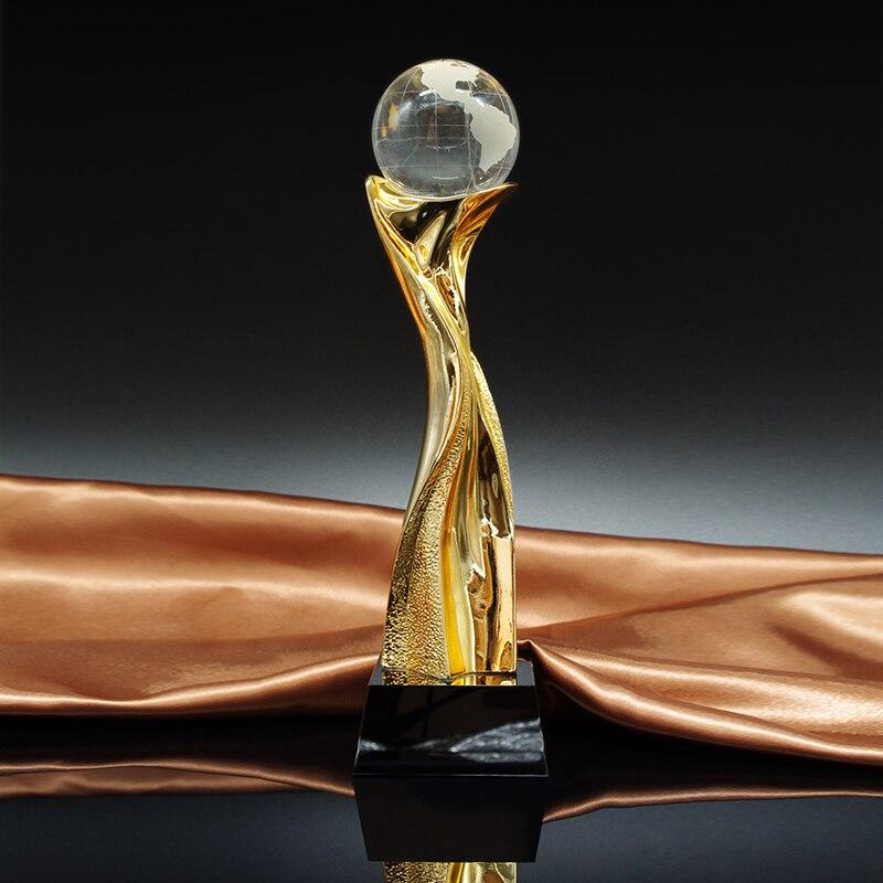 Trophée en métal Avec un Cristal Terre International Concurrence Coupe Du Trophée Trophée Ballon D'or Prix Société Écoles