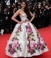 Real fotos vestido de la celebridad Sonam 2013 Cannes fuera del hombro del vestido de bola sin tirantes de impresión de la flor de encargo