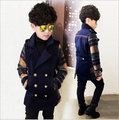 El nuevo 2015 otoño / invierno moda niños de la ropa del muchacho rejilla doble botonadura abrigo acolchado para mantener el calor