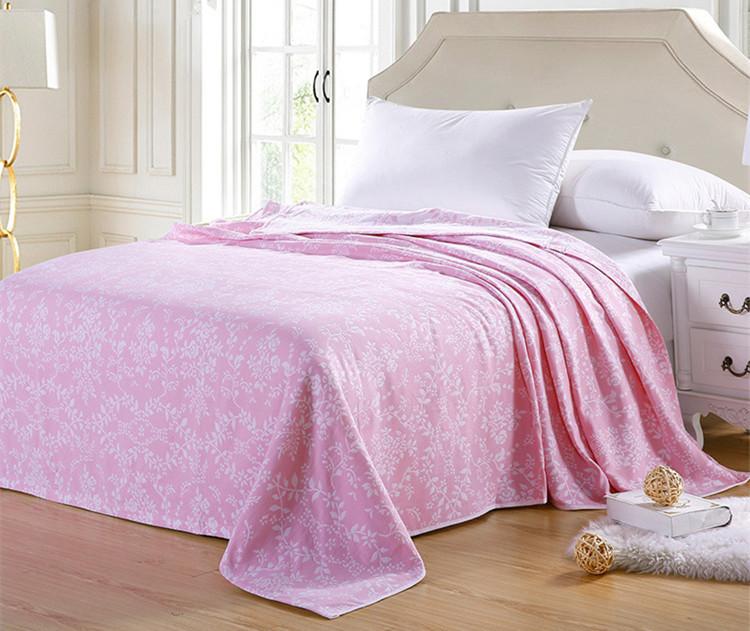 Õrna valge mustriga päevatekk voodile