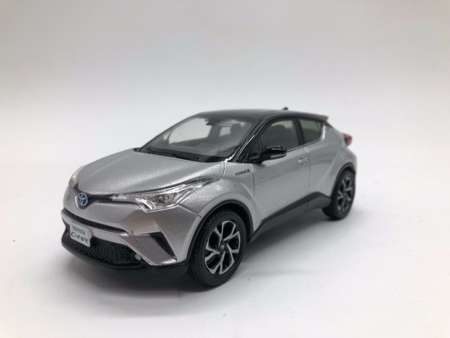 1 30 diecast model for toyota c hr 2017 silver black roof alloy toy car collection c hr chr. Black Bedroom Furniture Sets. Home Design Ideas