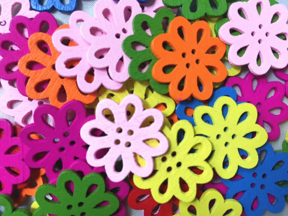 50ks nové barevné smíšené barevné duté květiny dřevěné knoflíky čtyři díry ručně vyráběné kutily dekorace šicí příslušenství XP0082