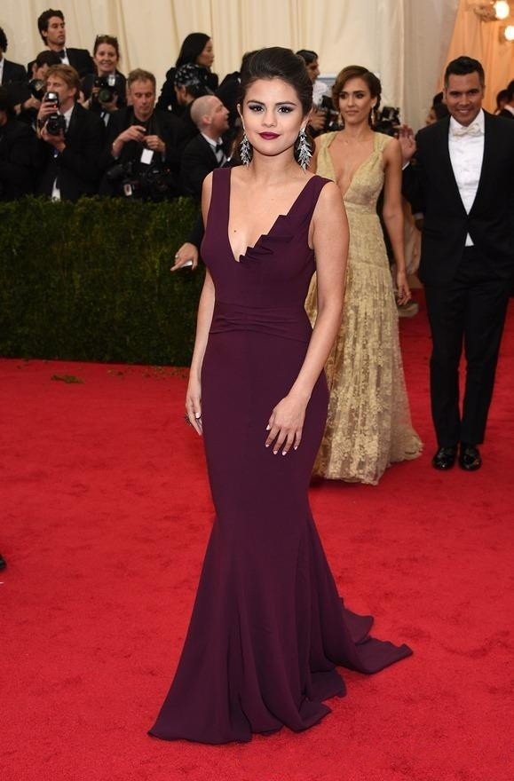 Selena-Gomez-Red-Carpet-Celebrity-Dresses-2015-Mermaid-Prom-Dress-V-Neck-Burgundy-Chiffon-Backless-Court (4)