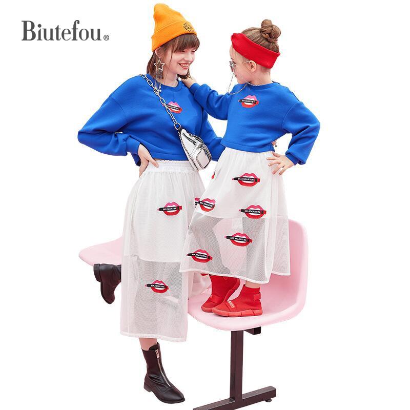 2019 весенние модные одинаковые комплекты для семьи красные толстовки с губами и вышивкой + юбки комплект из двух предметов для мамы и дочки