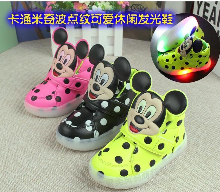 7ad68bb4597 Novo varejo crianças moda piscando crianças conduziu a iluminação criança  sapatos casuais bonito Mickey ponto sapatilha 21 30 em Sapatos esportivos  de Mãe ...