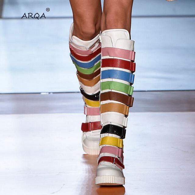 Цветные женские сапоги до колена с ремешком; модные высокие сапоги из микрофибры; сезон осень зима; короткие теплые плюшевые сапоги