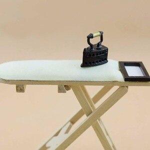 1: 12 Schaal Dollhouse Miniatuur Ijzer Met Strijkplank Poppenhuis Meubels Poppenhuis Kamer Decoratie Kinderen Meisjes Speelgoed Gift(China)