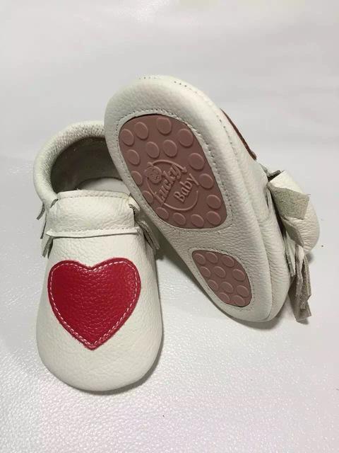 Atacado 50 pares/lote novo Coração de Vaca Genuína Mocassins De Couro Do Bebê sapatos arco meninas Bebê Recém-nascido firstwalker Moccs Anti-slip