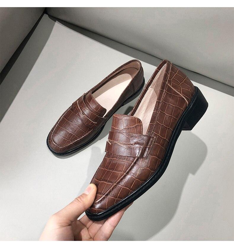 de vento britânico, sapatos de couro único de pedra em relevo