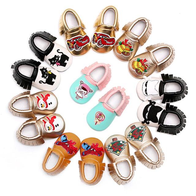 Nueva Parte Inferior Suave 8 colores PU de Cuero Muchachos de Los Bebés Primeros Caminante Recién Nacido de Dibujos Animados de Impresión Mocasines Zapatos Del Niño de Prewalker Fringe
